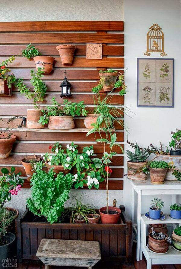 39. Mesclar a organização dos vasos em seu jardim simples em canteiros, aparadores ou vasos suspensos dão um ar mais divertido ao ambiente - Foto: Via Pinterest