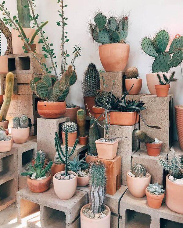 Blocos de concreto como apoiadores de vasos de cerâmica