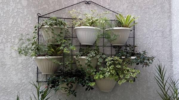 Vasos suspensos brancos em uma estrutura de ferro