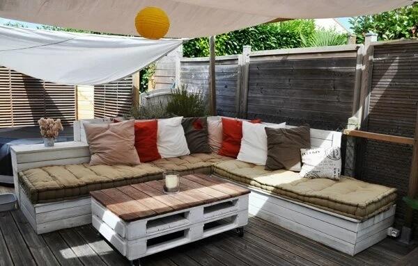 Lounge descontraído e decorado com banco de pallet