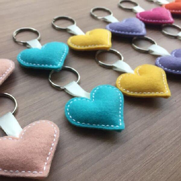 Mescle tons na hora de criar o chaveiro de feltro em formato de corações