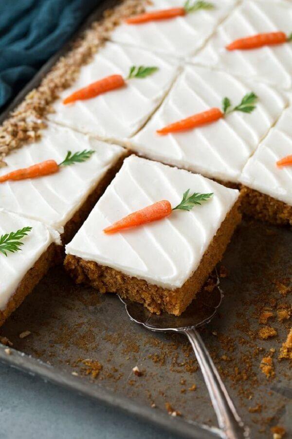 Mini cenourinhas decoram de forma delicada o bolo de páscoa
