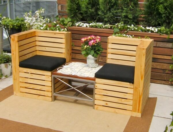 Modelo de banco de pallet duplo para decoração da varanda