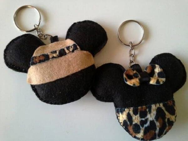 Modelo de chaveiro de feltro em formato de Mickey e Minnie