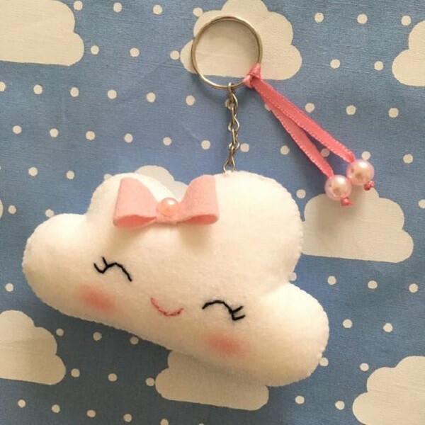 Modelo de chaveiro de feltro nuvem com laço rosa