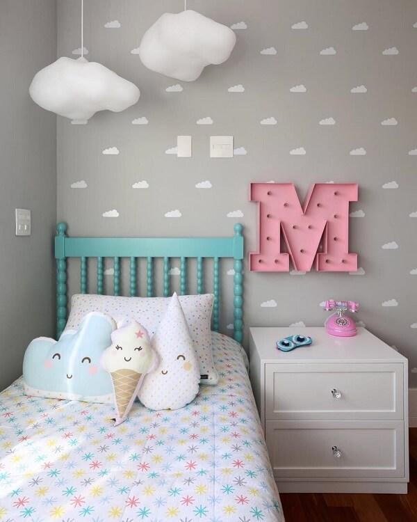 Complemente a decoração do quarto infantil com criado mudo branco