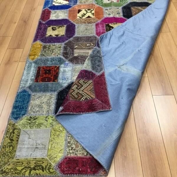 Modelo de tapete de retalhos colorido para sala de estar