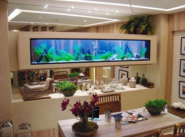 Na falta de espaços, o aquário pode ficar suspenso no ambiente