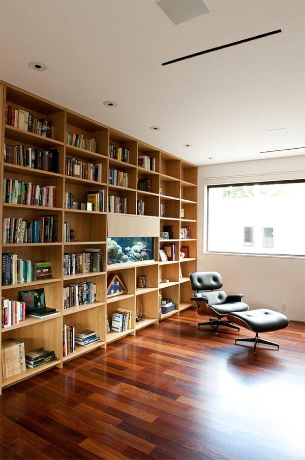 O aquário pode compor de forma discreta a biblioteca da casa