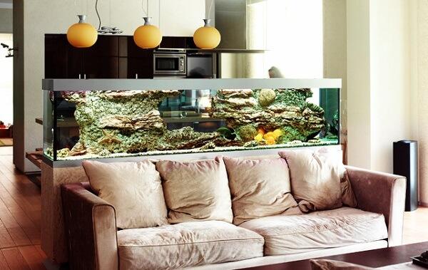 O aquário pode ficar posicionado atrás do sofá separando ambientes