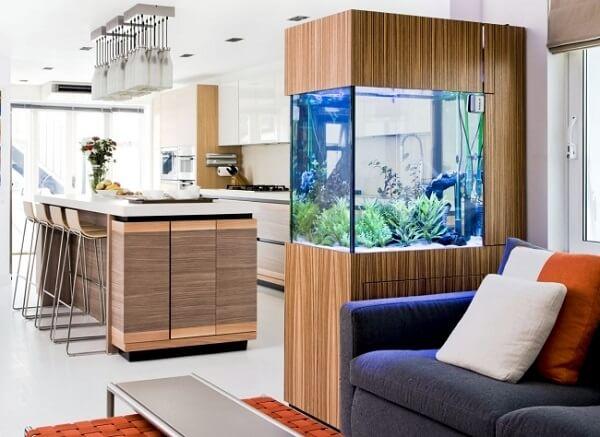 O aquário separa a cozinha da sala de estar