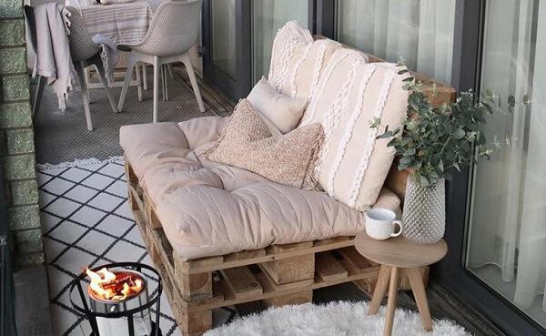 O banco de pallet trouxe charme para a varanda