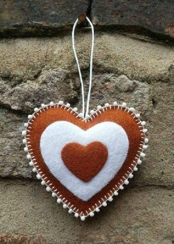 O chaveiro de feltro coração não precisa ser necessariamente em tom vermelho