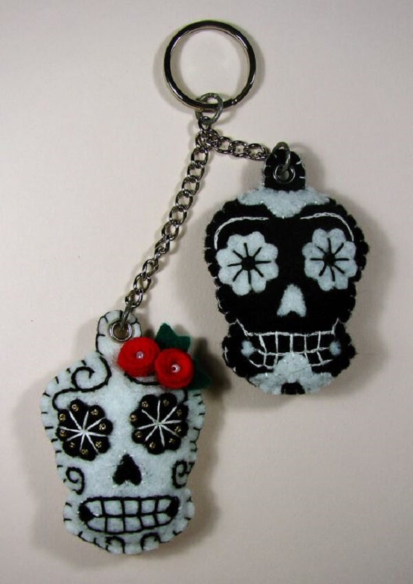 O chaveiro em feltro em formato de caveira pode ser usado como lembrancinha na festa mexicana