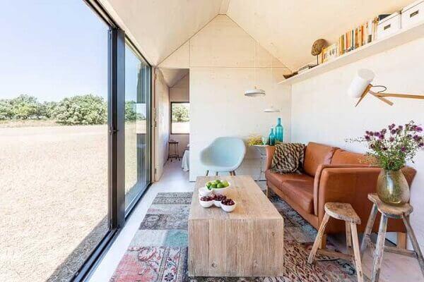 O tapete de retalhos coloridos alegra a sala de estar