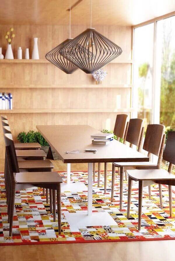 O tapete de retalhos coloridos decora lindamente a sala de jantar