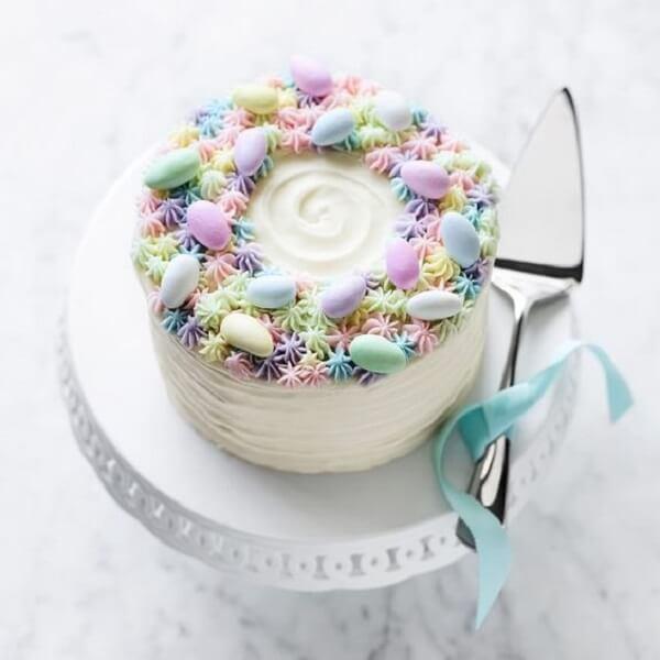 O topo do bolo de páscoa está repleto de ovinhos de chocolate