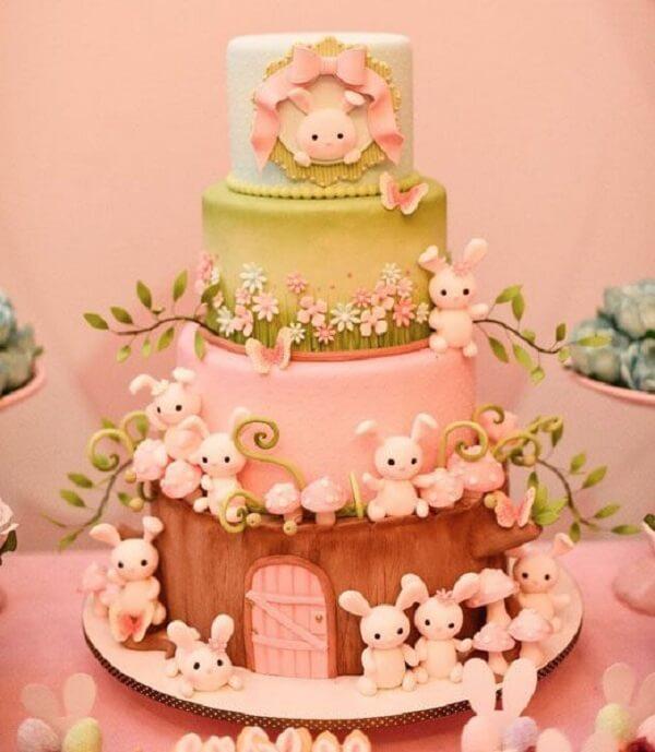 Os coelhos invadem a decoração desse lindo bolo de páscoa