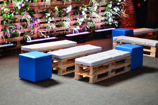 Os convidados da sua festa podem ficar acomodados sobre o banco de pallet
