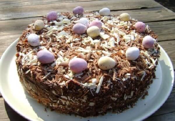 Ovinhos e raspas de chocolate decoram o bolo de páscoa
