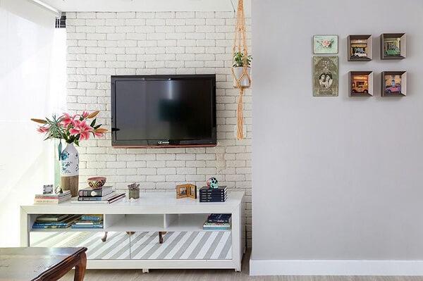 Parede de tijolinho branco para sala de tv
