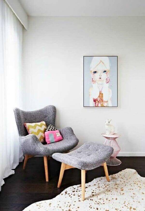 Puffs com poltrona cinza e almofadas coloridas