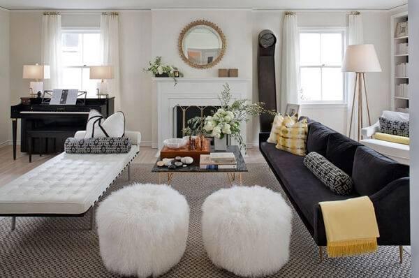 Puffs peludos brancos sala de estar