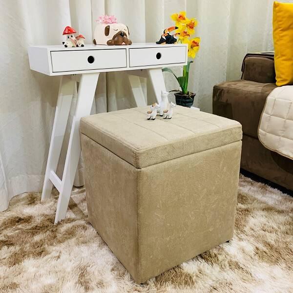 Puffs quadrado bege no quarto