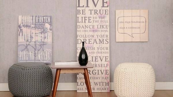 Puffs redondo cinza e branco de crochê