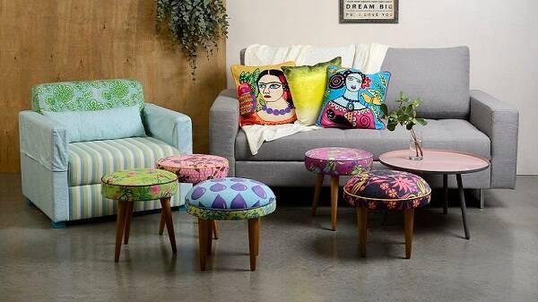 Puffs retro variados em uma sala com sofá cinza