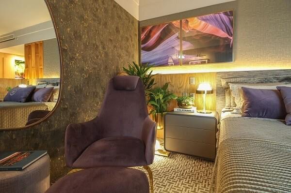 Iluminação especial, vasos com plantas e criado mudo moderno para o quarto
