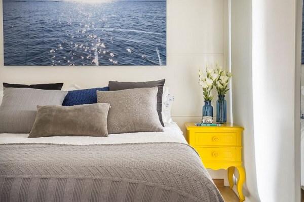 O criado mudo amarelo trouxe um ponto de luz para o quarto