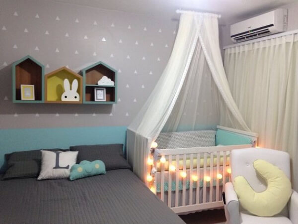 Quarto de bebê cinza azul e rosa dividindo com os pais