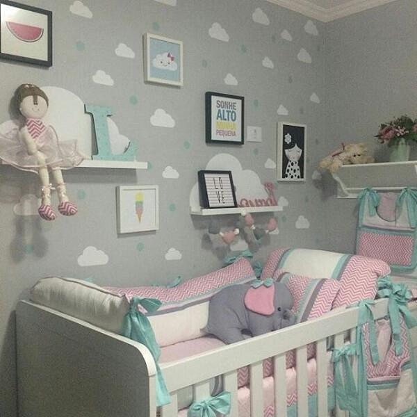 Quarto de bebê cinza com detalhes em cinza verde e rosa