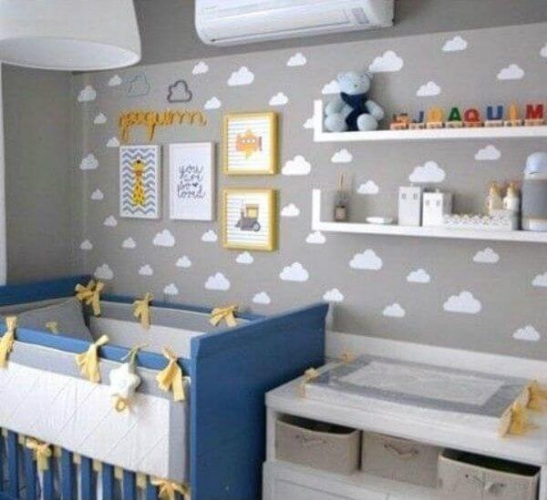 Quarto de bebê cinza com nuvens e detalhes amarelo e azul