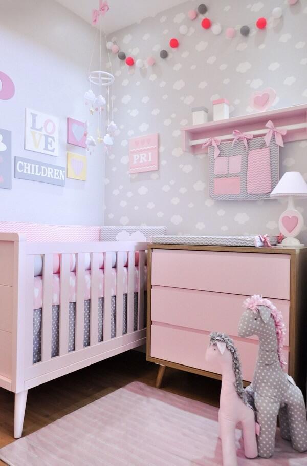 Quarto de bebê cinza com nuvens e móveis em rosa