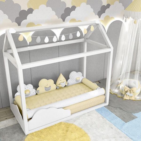 Quarto de bebê cinza com nuvens montessoriano