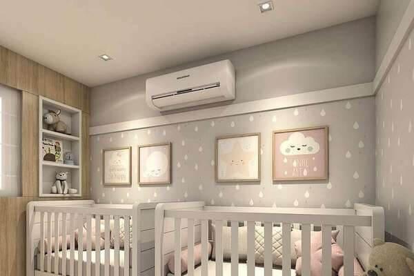 Quarto de bebê cinza com nuvens quadros de nuvens e dois berços