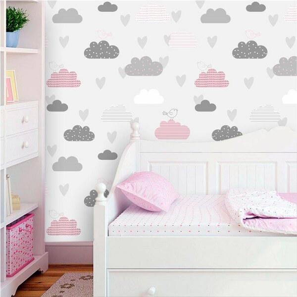 Quarto de bebê cinza com nuvens rosas e cinzas