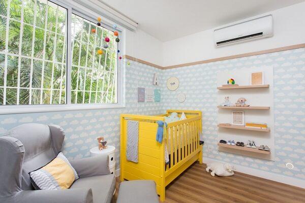 Quarto de bebê cinza e amarelo com berço amarelo