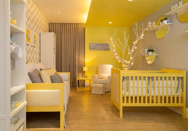 Quarto de bebê cinza e amarelo com berço sofá e poltrona