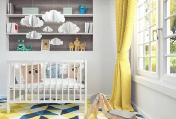Quarto de bebê cinza e amarelo com cortinas amarelas