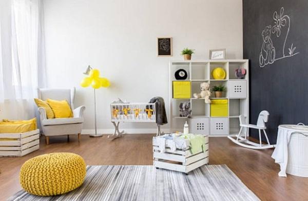 Quarto de bebê cinza e amarelo com detalhes amarelo e parede cinza