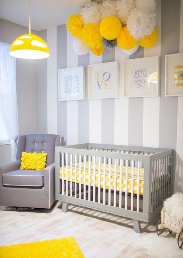Quarto de bebê cinza e amarelo com detalhes em amarelo