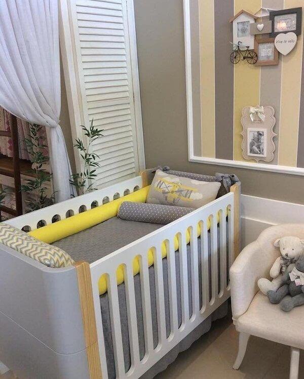 Quarto de bebê cinza e amarelo com listras amarelas