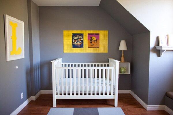 Quarto de bebê cinza e amarelo com mural amarelo e berço branco