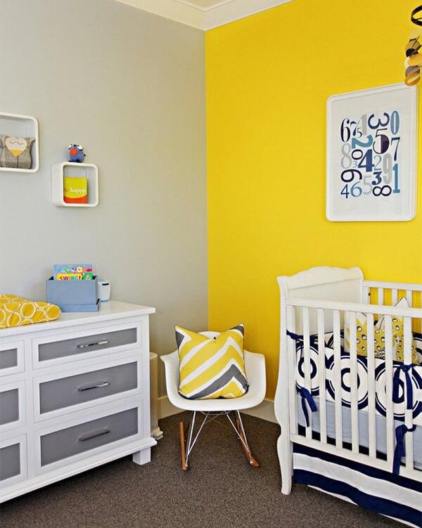 Quarto de bebê cinza e amarelo com paredes cinza e amarela