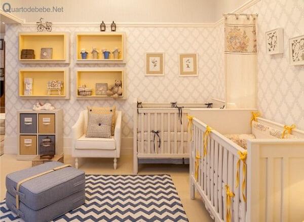 Quarto de bebê cinza e amarelo com prateleiras amarelas