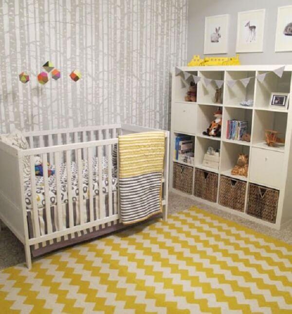 Quarto de bebê cinza e amarelo com tapete estampado
