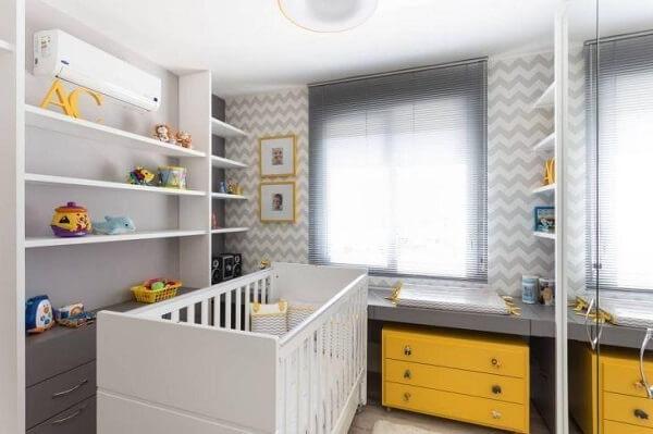 Quarto de bebê cinza e amarelo com detalhes em cinza e amarelo